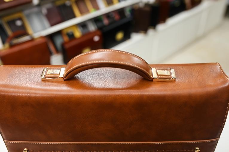 Túi da khóa số nâu vàng UK03-N